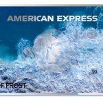 Une carte bancaire faite en plastique marin recyclé